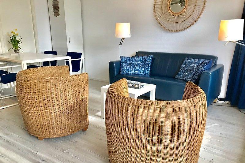Gemütliches Wohn/Schlafzimmer mit Sitzbereich und Esstisch