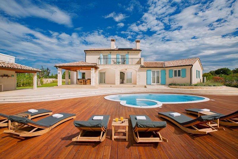 Blick auf die Villa mit Pool