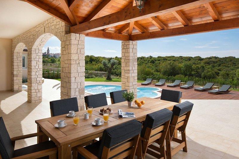Eine weitere Sitzmöglichkeit für das Essen zusammen mit Blick auf den Pool