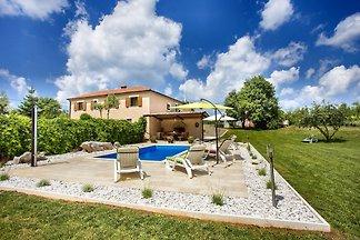 Villa mit Pool mit traumhaftem Garten, ein Paradies für Kinder! 4 Schlafzimmer und 2 Badezimmer für bis zu 8 Personen