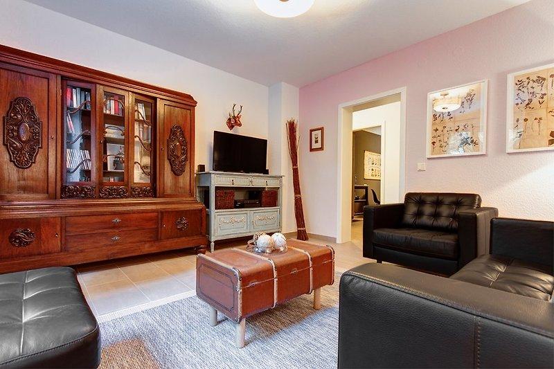 Wohnzimmer mit TV und Soundanlage