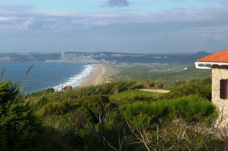 Blick auf Praia do Salgado und Nazaré
