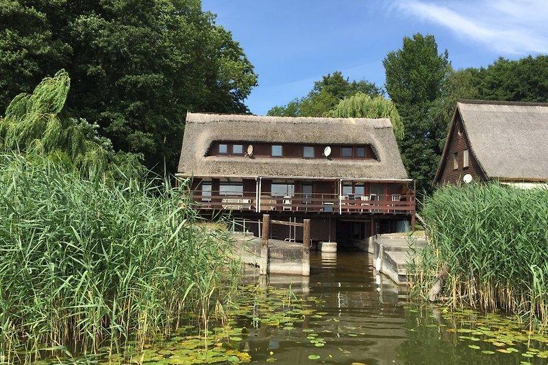 Blick vom See auf das Bootshaus