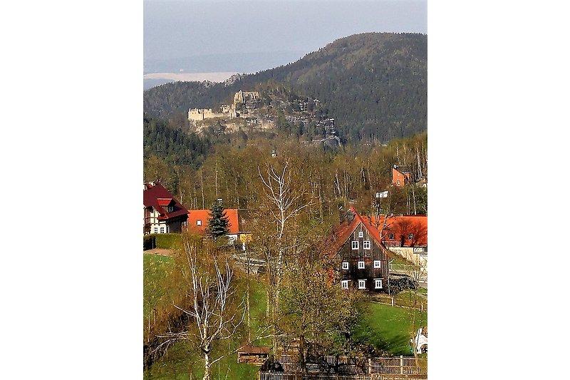 Blick von der tschechischen Grenze auf das Haus und den Oybin