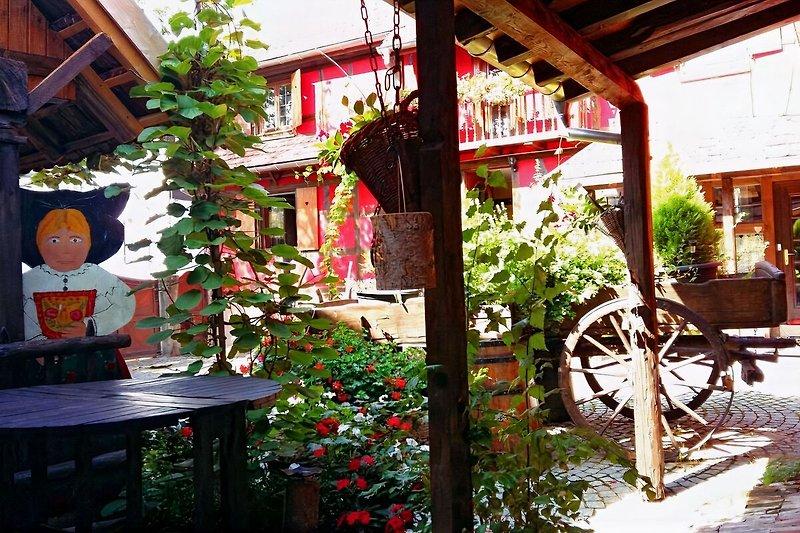 Terrasse mit Blick auf den Innenhof