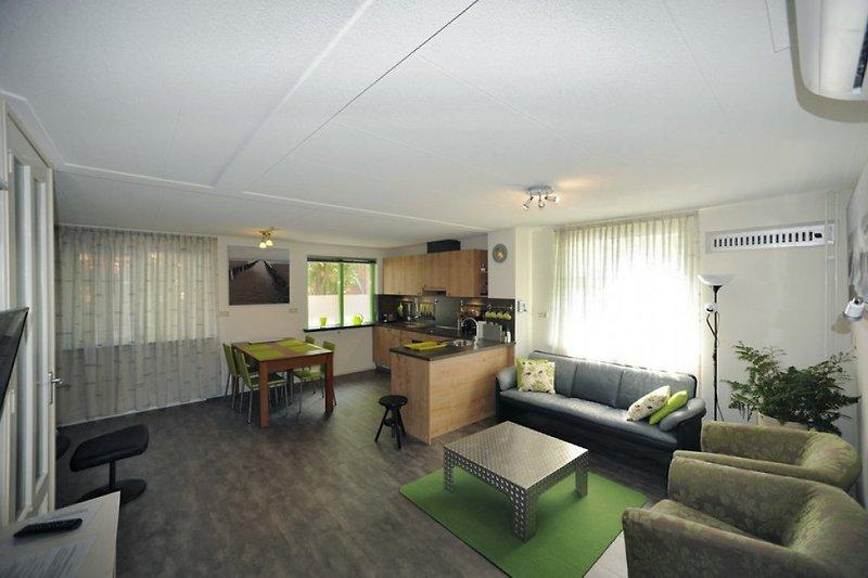 Wohnzimmer und Einbauküche