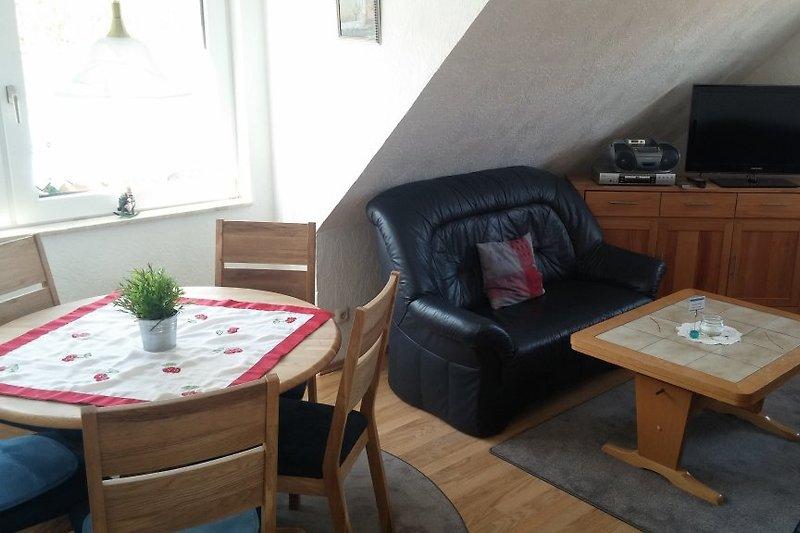 Das Wohnzimmer mit Essbereich