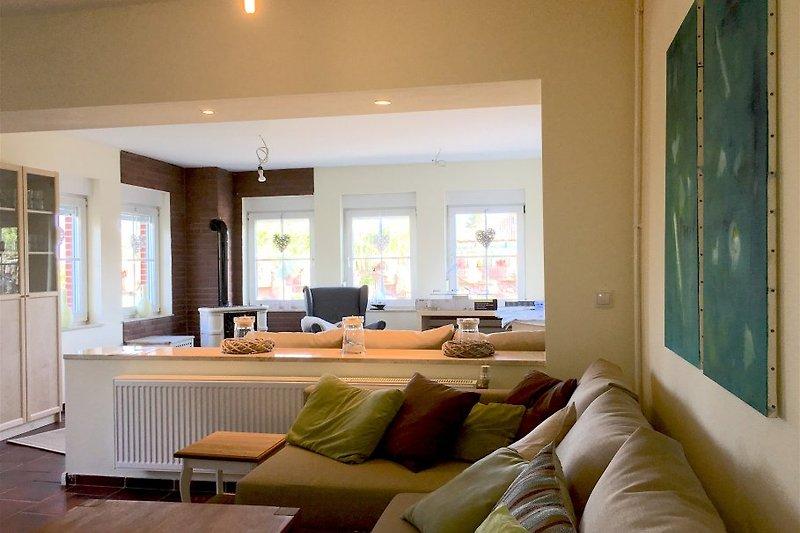 Der großzügige Wohn-/Essbereich mit Essdiele und Kaminofenzimmer; 3D BlueRay TV