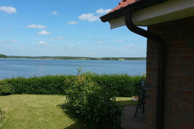 Blick auf den See von der linken Hausseite