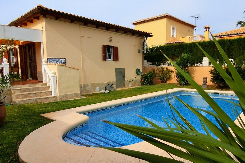 Seitenblick Haus mit Pool