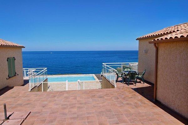 Terrasse mit Blick auf Swimmingpool und Meer
