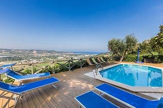 Villa in bester Lage mit Meeresblick. Da diese Immobilie sich nur wenige Minuten mit dem Auto vom Strand befindet, ist es die ideale Lösung für alle, die das Meer genießen wollen.