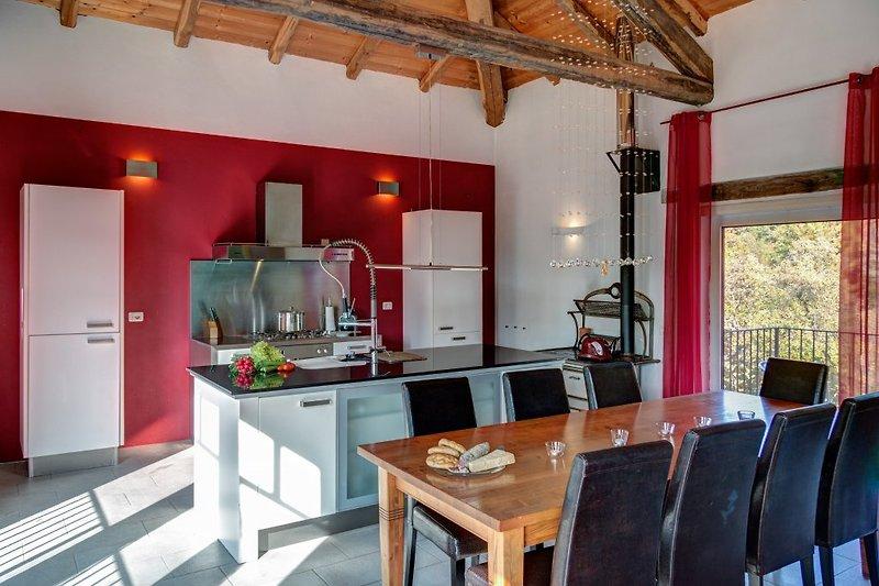 Offener Ess- und Küchenbereich mit Köchinsel und Sichtdach