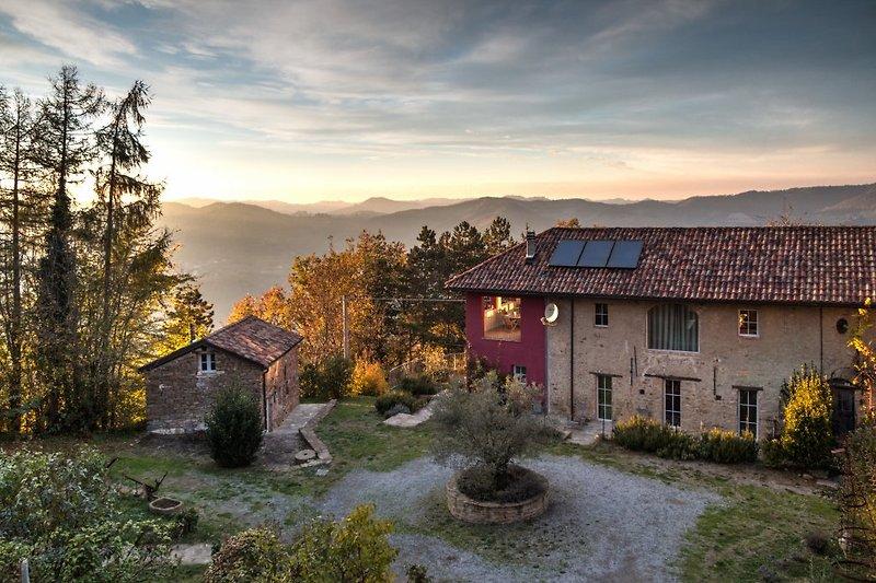 Blick über den Innenhof (Casa Seta II am rechten Bildrand) bis in die Alpen