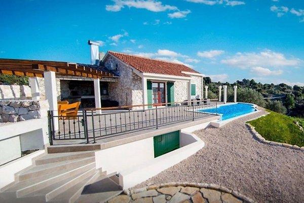 Maison traditionnelle avec piscine maison de vacances for Piscine traditionnelle prix