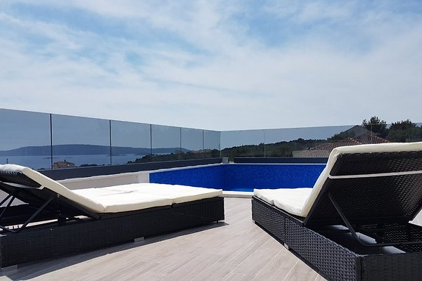 neues haus mit pool auf der dachterrasse ferienhaus in okrug donji mieten. Black Bedroom Furniture Sets. Home Design Ideas