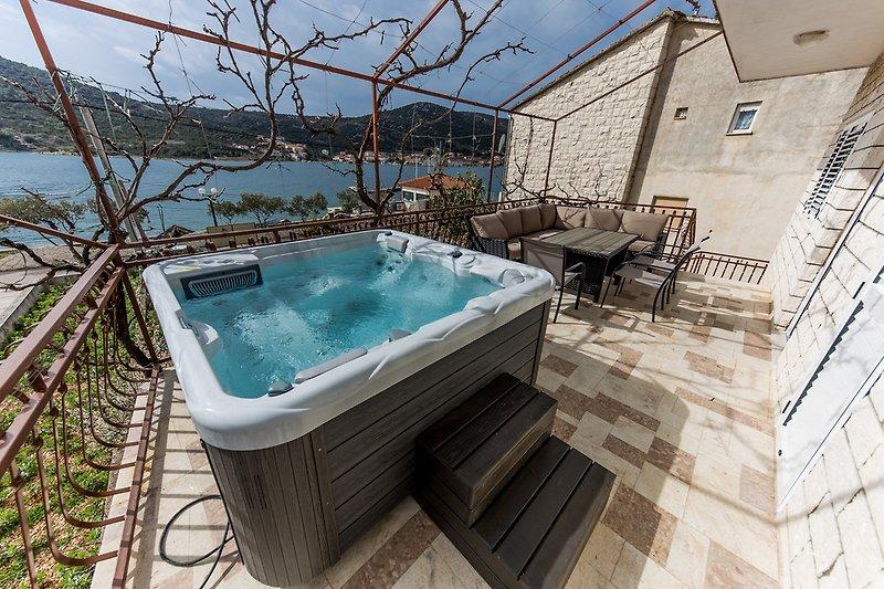 wohnung mit jacuzzi 10 m vom meer in vinisce firma larus l trogir. Black Bedroom Furniture Sets. Home Design Ideas