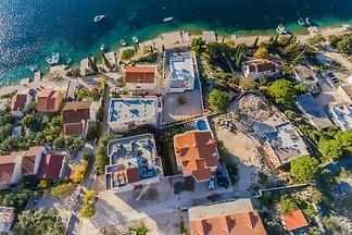 Großes Haus mit Pool, 50 m vom Meer