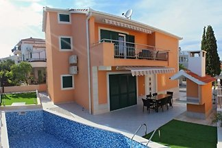 Nice house with pool 150 m from sea