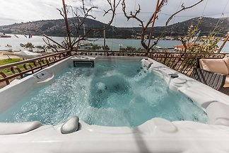 App with jacuzzi, 10 m from sea