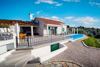 Traditionelles Haus mit Pool