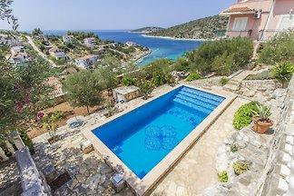 Sehr große Grundstück mit Pool, in der Nähe von Meer