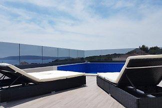 Neues Haus mit Pool auf der Dachterrasse