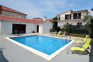 House with pool, 1 km from centre