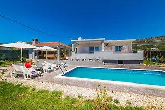 Kleines fantastisches Haus mit Pool befindet sich in Kastela, 3 km vom Meer und Strand entfernt. Es ist ideal für 6 bis 8 Personen.