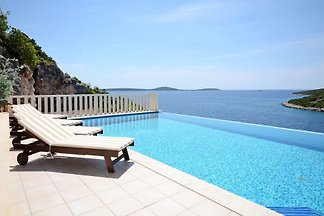 Villa with pool, 30 m from sea