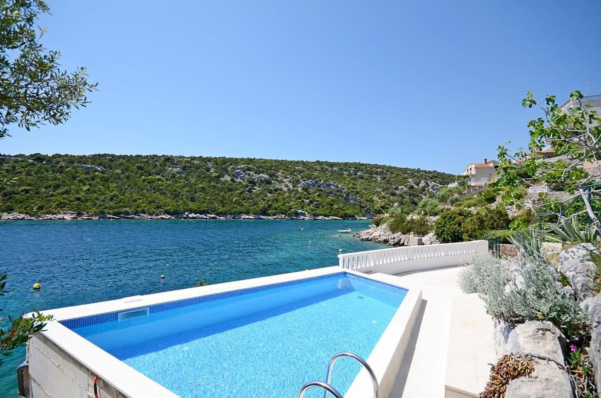 Direkt am Meer Haus mit Pool direkt Meer in Trogir - Firma Larus ...