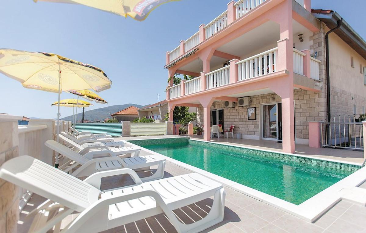 Budget haus mit beheiztem pool ferienhaus in trogir mieten for Haus mit pool mieten