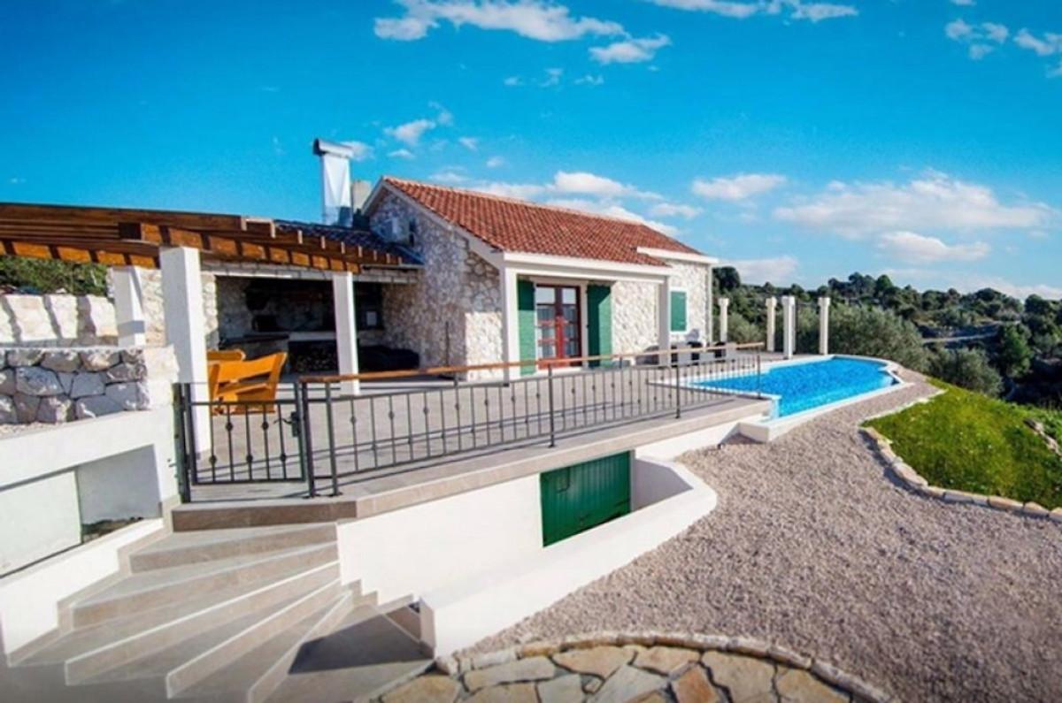 Traditionelles haus mit pool ferienhaus in rogoznica mieten for Traditionelles haus