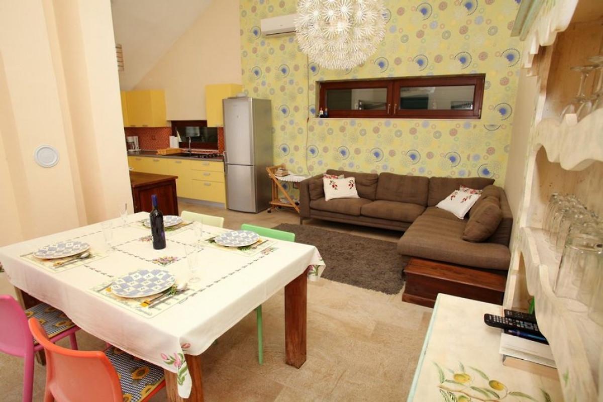 kleines haus mit beheiztem pool ferienhaus in trogir mieten. Black Bedroom Furniture Sets. Home Design Ideas