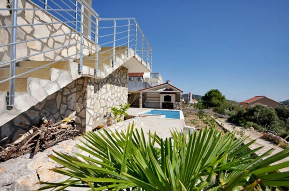 Kleines haus mit beheiztem pool ferienhaus in trogir mieten for Haus mit pool mieten