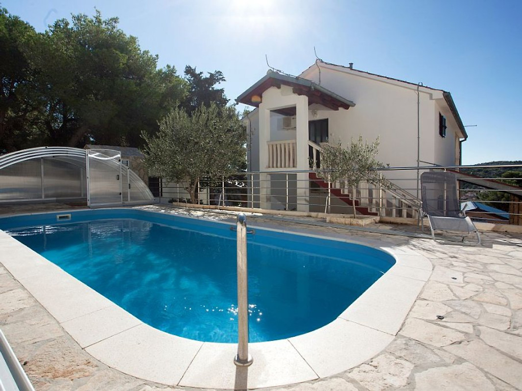 Gem tliches haus mit pool ferienhaus in tisno mieten for Casas con piscina dentro