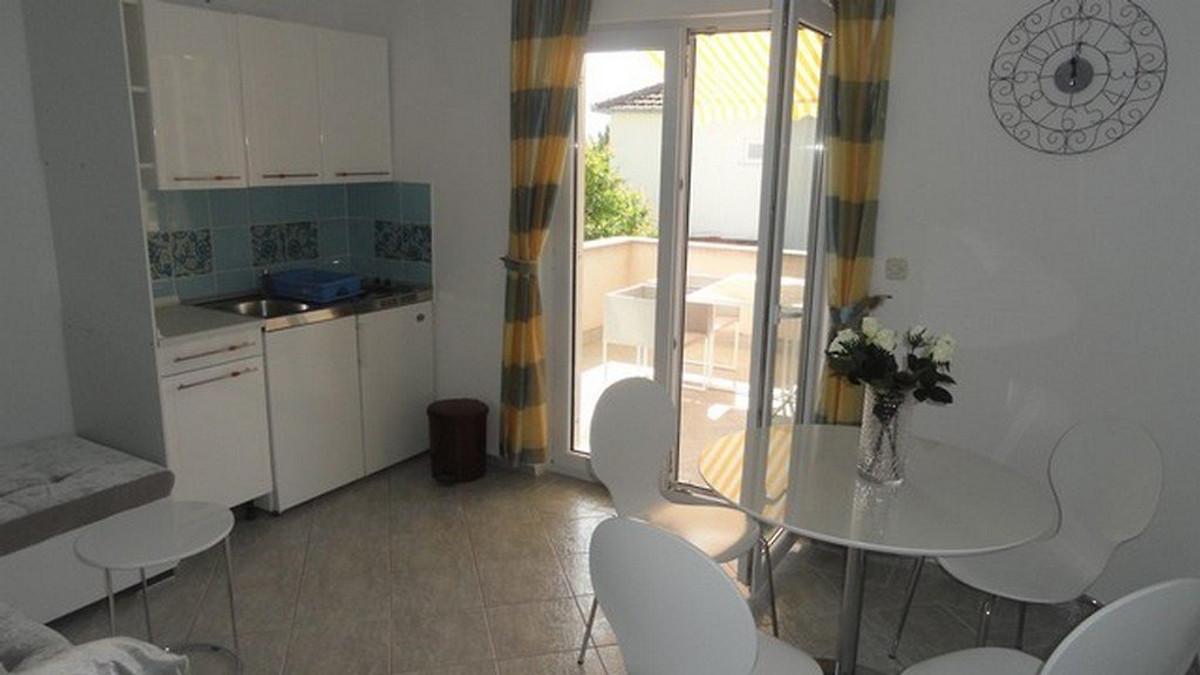 Woning met 2 zwembaden en een wijnkelder vakantiehuis in trogir huren - Keuken met wijnkelder ...