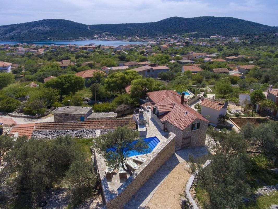 Nouvelle maison traditionnelle avec piscine maison de - Prix piscine traditionnelle ...