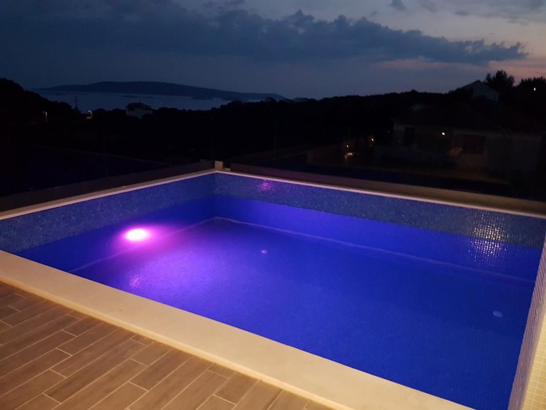 neues haus mit pool auf der dachterrasse ferienhaus in okrug donji mieten. Black Bedroom Furniture Sets. Home Design Ideas