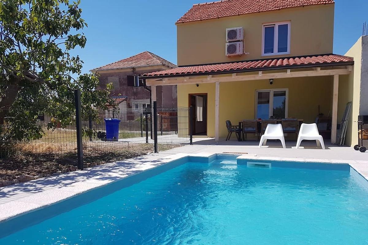 Casa accogliente con piscina isola di murter casa for Isola gonfiabile piscina