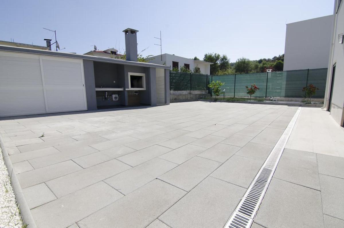 Neues Haus mit Pool auf der Dachterrasse - Ferienhaus in Okrug Donji ...