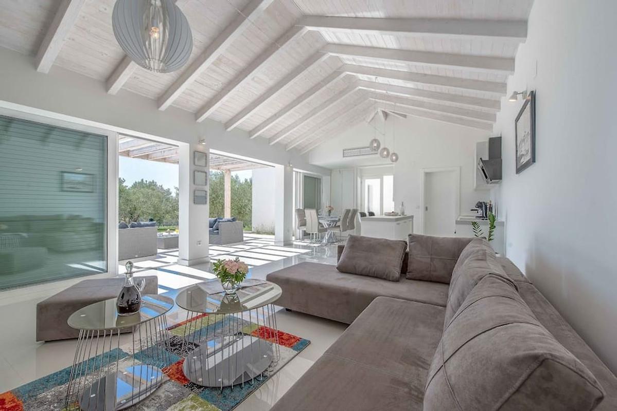 Nieuw modern huis met zwembad in suko an bedrijf larus l for Casa moderna bella faccia