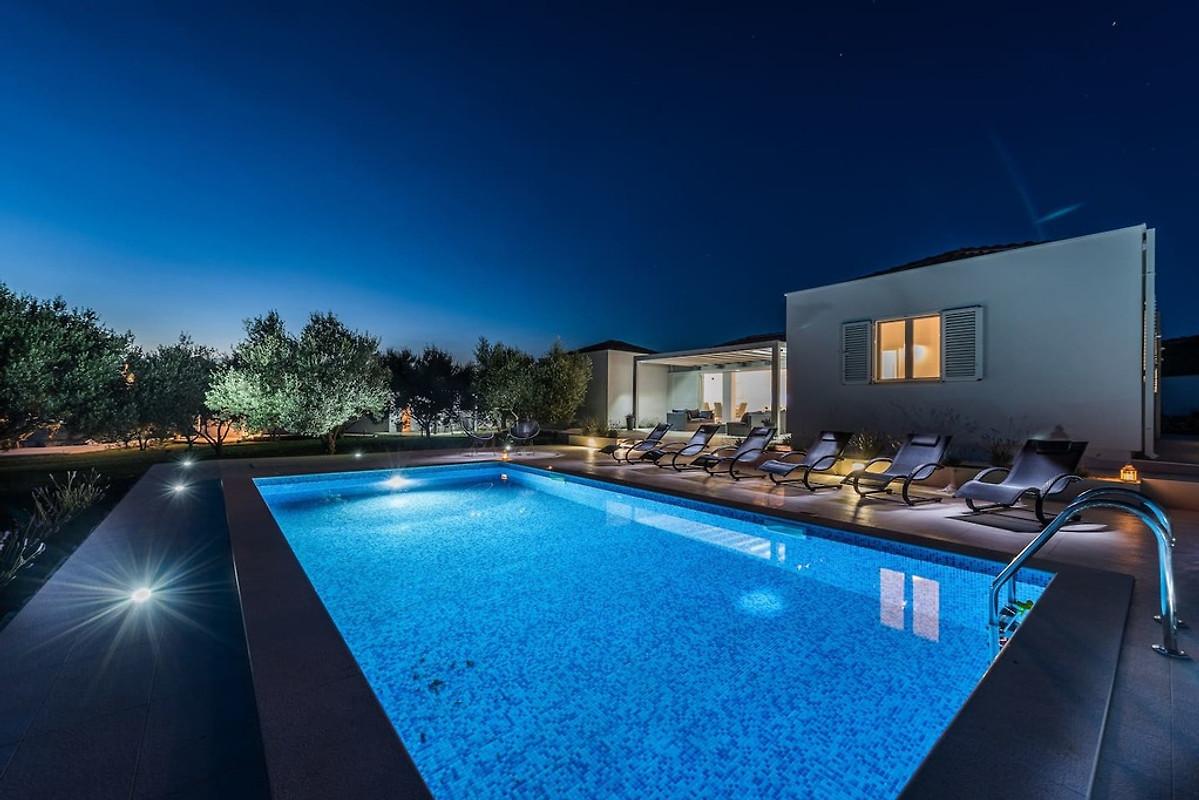 Neues modernes haus mit pool ferienhaus in suko an mieten for Haus mit pool mieten