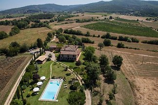 Typical Tuscan farmhouse detached with pool for large families and groups in the middle of Tuscany. Quiet, central and beautiful.