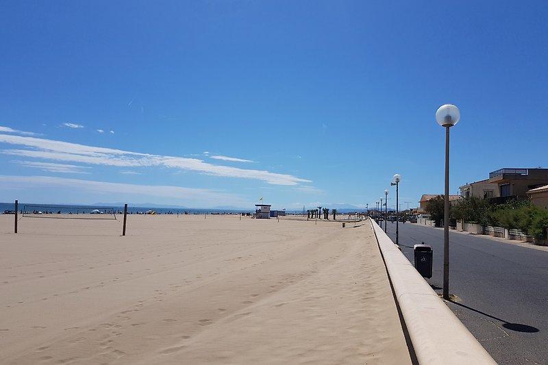 Endlos breiter Sandstrand und schöne Promenade  direkt vor der Türe ...