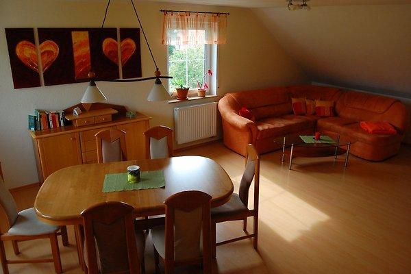 Wohnzimmer mit Couch und ausziehbarem Esstisch
