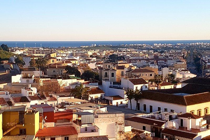 Blick über die Dächer und die Costa del Sol