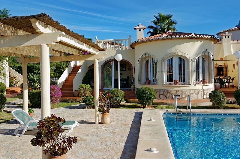4 Zimmer Ferienhaus, Wintergarten, Grillterrasse, Dachterrasse und grosser Pool