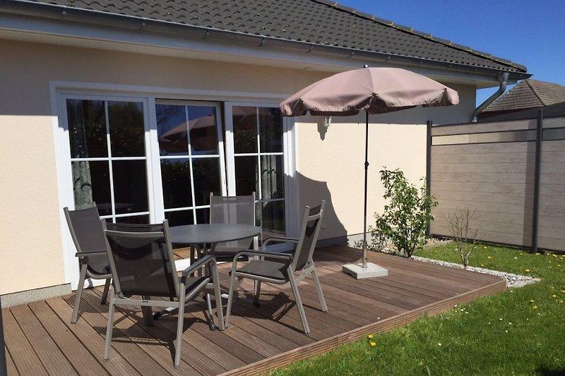 gemütliche Terrasse mit Gartenmöbeln und Grill