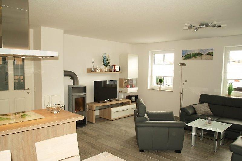 Wohnzimmer mit offener Küche & Leder-Sitzgruppe